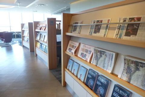 成田空港第2ターミナル・アメリカン航空・アドミラルズクラブの書棚