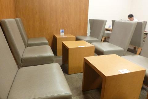 成田空港第2ターミナルT.E.Iラウンジのイスとテーブル