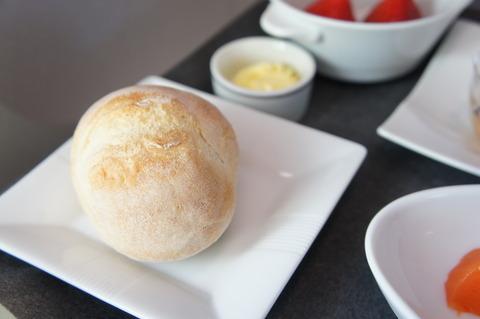 JALファーストクラスのプチパンとバター