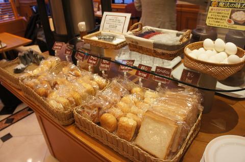 ホテルブライオン那覇の朝食のパンとおにぎり