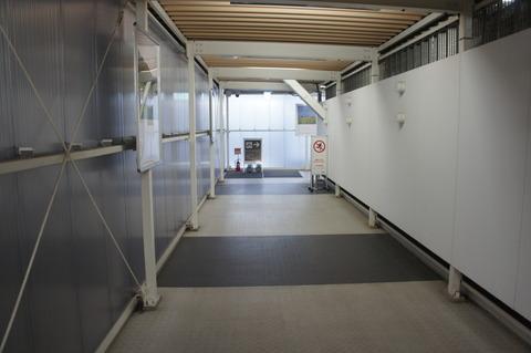 成田空港第2ターミナル北ウェイティングエリアの通路
