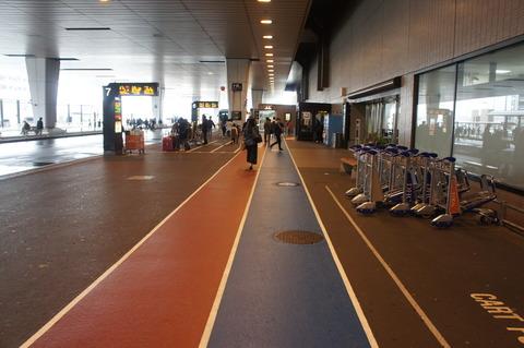 成田空港地下の駅から出てきたところ