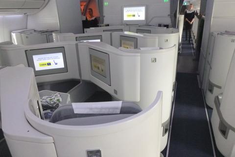 フィンエアーエアバスA350-900XWBのビジネスクラスはヘリンボーン式